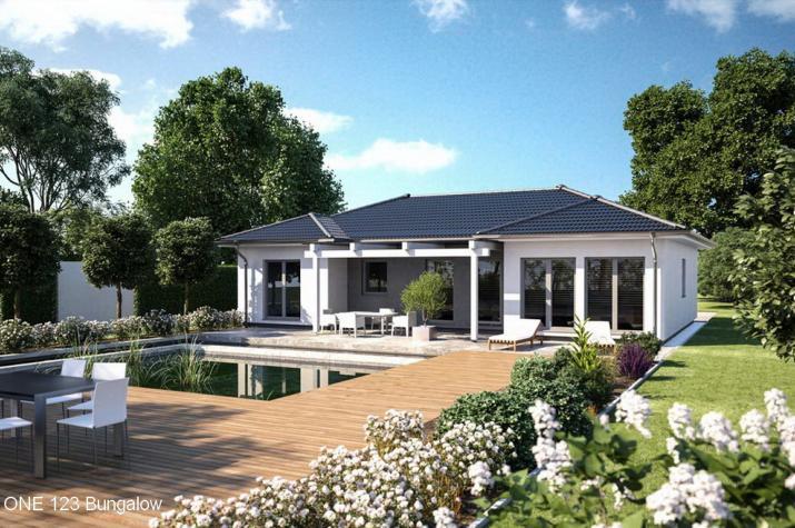 Bungalow - U-Form mit zwei Erkern - Walmdach - schlüsselfertig - Bungalow Klassisch 123 Gartenseite