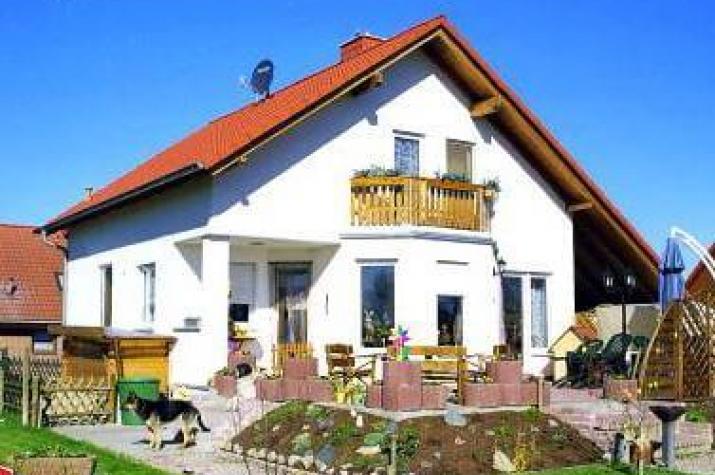 individuell geplant einfamilienhaus f r frischluftfans mit balkon und berdachter. Black Bedroom Furniture Sets. Home Design Ideas