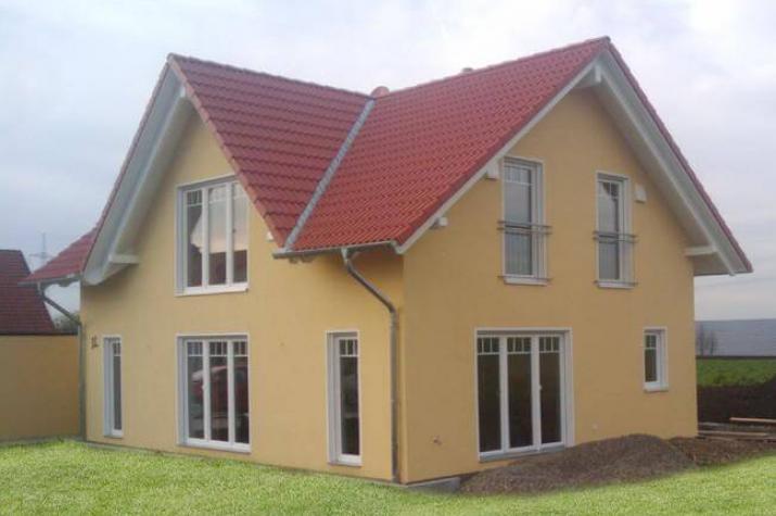 individuell geplant einfamilienhaus mit zwerchgiebel praktische raumaufteilung. Black Bedroom Furniture Sets. Home Design Ideas
