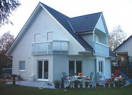 Holzhaus ...individuell geplant ! - Einfamilienhaus mit drittem Giebel und zwei Balkonen - www.jk-traumhaus.de