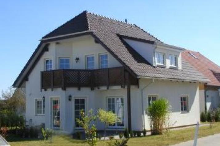 individuell geplant landhaus mit zwei balkonen jk traumhaus. Black Bedroom Furniture Sets. Home Design Ideas