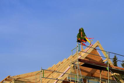 Das Richtfest nach dem Richten des Dachstuhles ist eine lustige und urige Feier für Handwerker und Nachbarn.